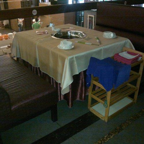 火锅店正方形火锅桌,电磁炉火锅桌椅定做,火锅餐桌椅报价